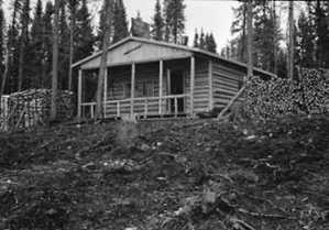 Photo: Bibilothèque et Archives nationales du Québec # 03Q-E6S7SS1-P66471. A new cabin welcomed the Campbells to Bachelor Lake.